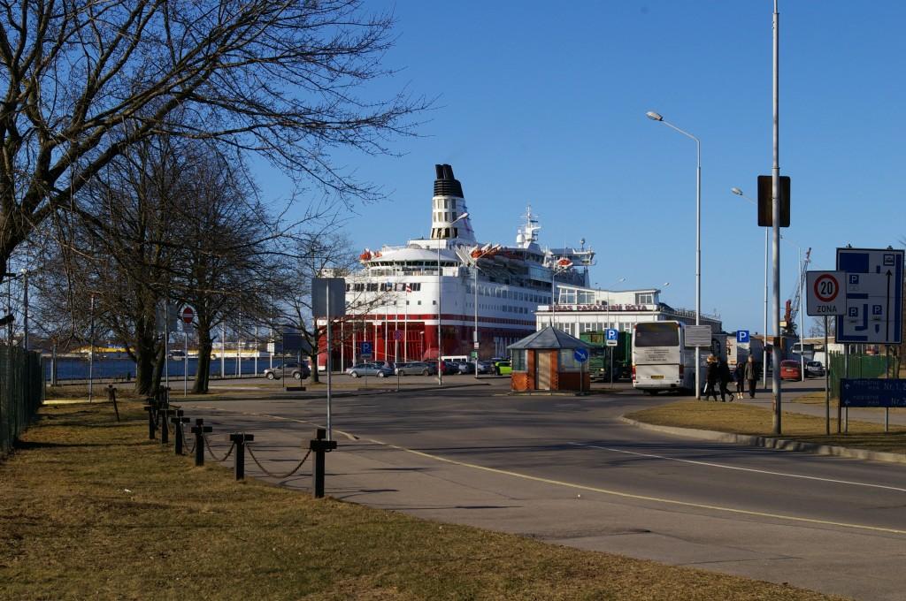 Rygos uosto keleivių terminalas su laukiančiu keltu.