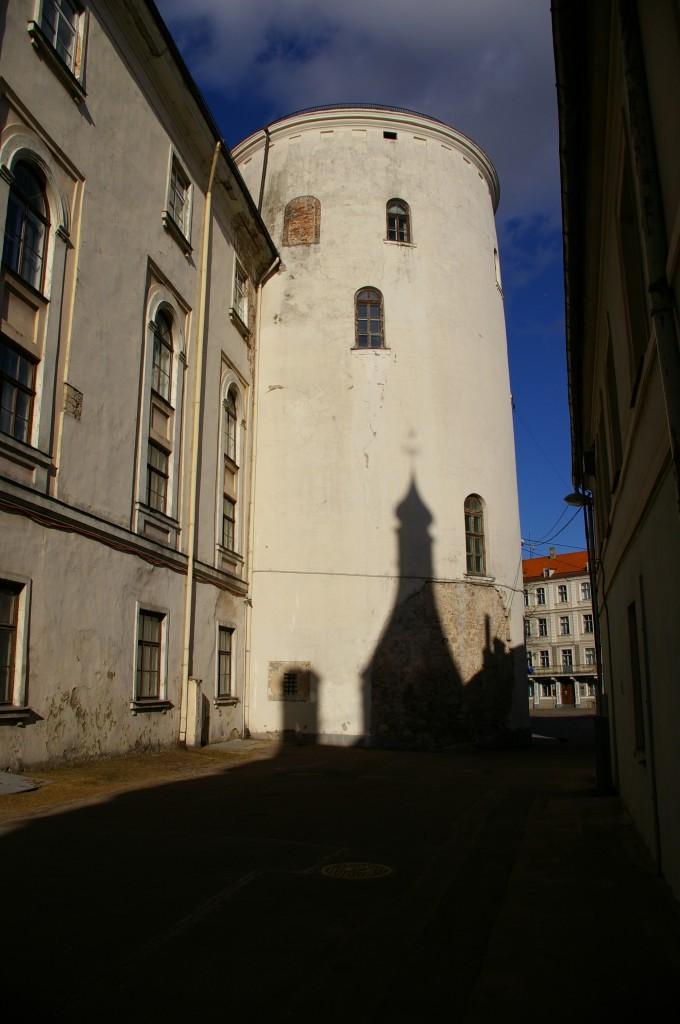 Ilgėjantys šešėliai ant Rygos pilies sienų
