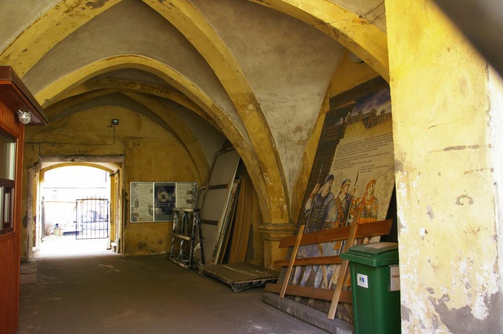 Žvilgsnis į pilies vidų pro uždarytas muziejaus grotas