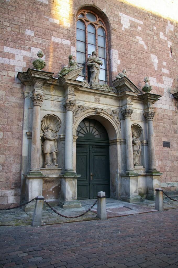 Šv. Petro bažnyčios durų puošyba