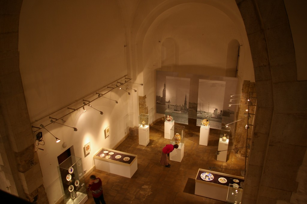 Porcelianinių indų ekspozicija iš aukštai