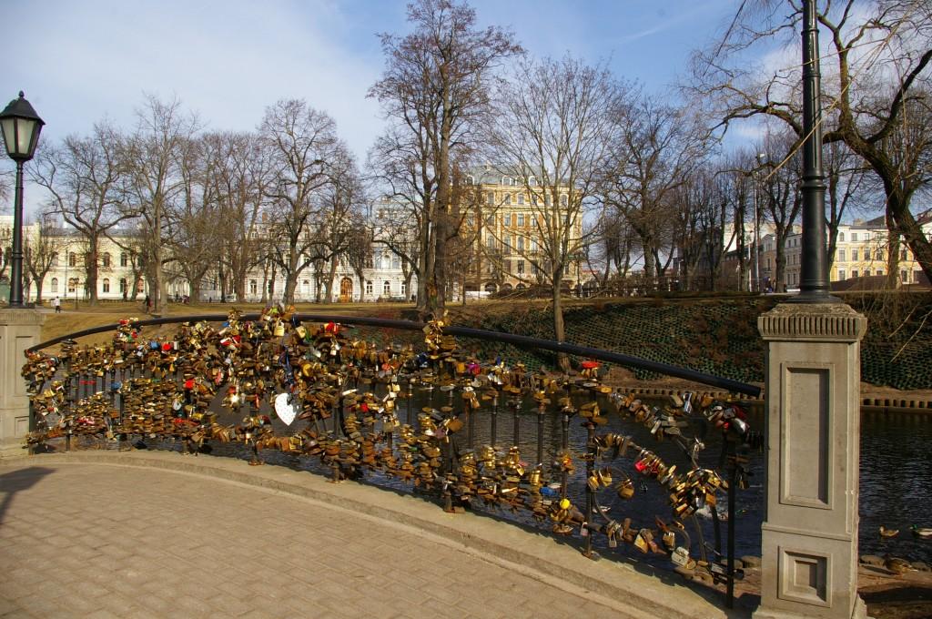 Meilės tiltelis, apkabinėtas spynomis