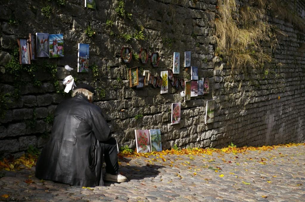 Estų dailininkas rymantis prie savo paveikslų - idilė...