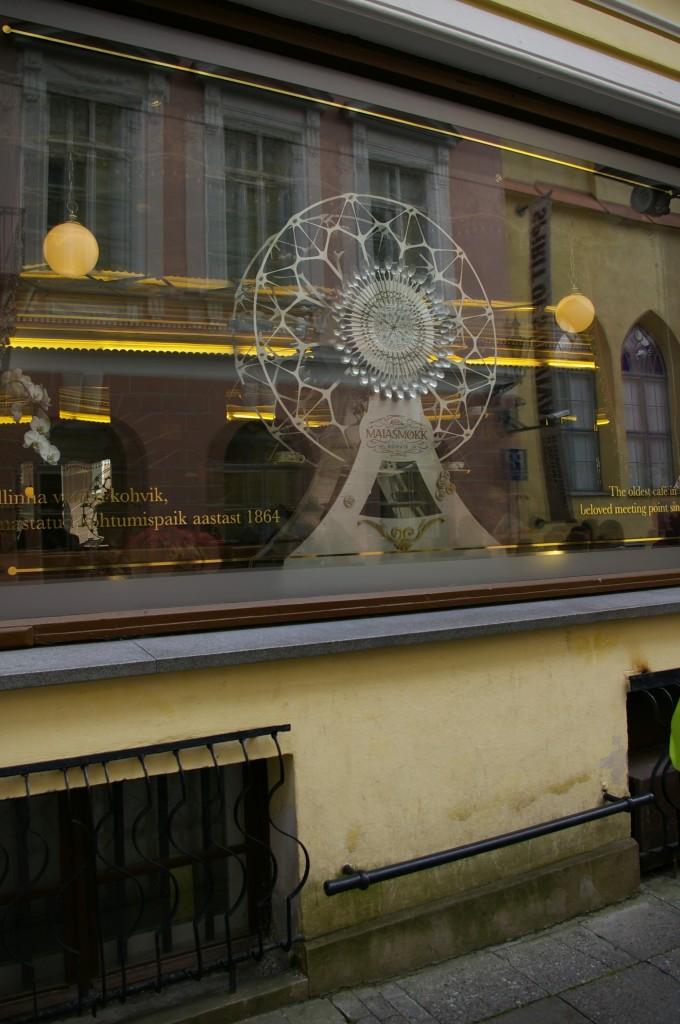 Maiasmokk kavinė ir metalinis strypas vaikams pasilypėti