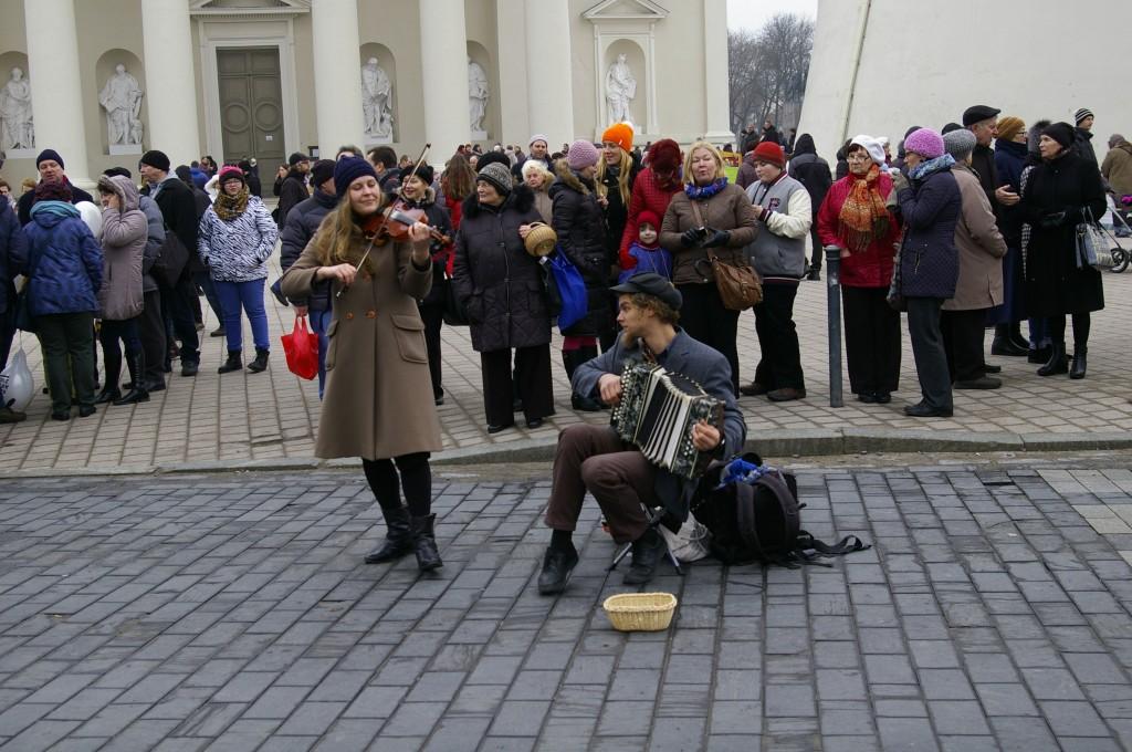 Linksmi gatvės muzikantai žadino dar apsnūdusius mugės lankytojus